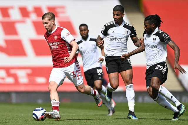 Arsenal's English midfielder Emile Smith Rowe (L) dribbles away from Fulham's Gabonese midfielder Mario Lemina (C) and Fulham's Cameroonian midfielder Andre-Frank Zambo Anguissa (R)   (Photo by FACUNDO ARRIZABALAGA/POOL/AFP via Getty Images)