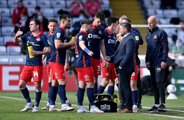 Lee Johnson talks with his Sunderland squad during a break in play in the first leg of their League One play-off semi-final against Lincoln City, which Lincoln won 2-0.