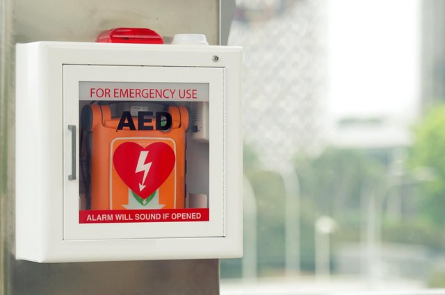 Defibrillators can come with LCD displays to provide on screen instruction, voice instructions, and instant feedback so the rescuer knows the quality and effectiveness of their CPR. (Pic: Getty)