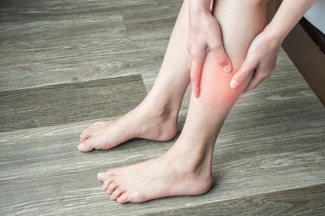 Symptoms of a blood clot include throbbing or cramping pain, swelling, redness and warmth in a leg or arm (Photo: Shutterstock)
