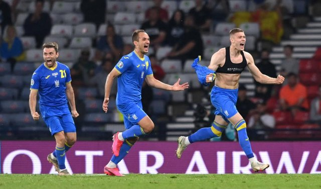 GLASGOW, SCOTLAND - JUNE 29: Ukraine player Artem Dovbyk (r) celebrates after scoring the winning goal during the UEFA Euro 2020 Championship Round of 16 match between Sweden and Ukraine at Hampden Park on June 29, 2021 in Glasgow, Scotland. (Photo by Stu Forster/Getty Images)
