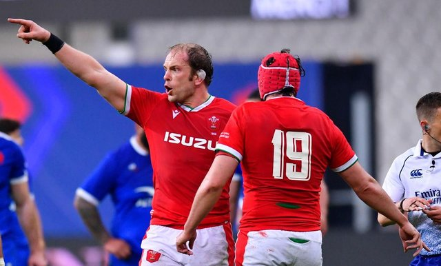 Alun Wyn Jones of Wales gives his team instructions during the Guinness Six Nations match between France and Wales at Stade de France.